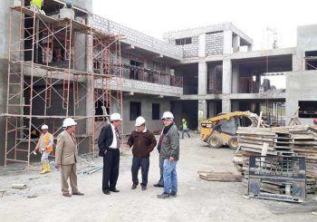 Autoridades visitan obra en construcción